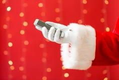 Kerstman die een smartphone houden stock afbeeldingen