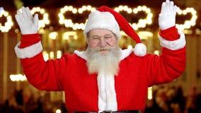 Kerstman ` die s zijn handen golven stock videobeelden