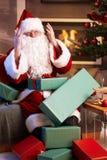 Kerstman die verloren hebbend teveel werk kijken Stock Foto's