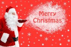 Kerstman die Vrolijke Kerstmis in sneeuw blazen Stock Fotografie