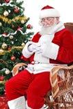 Kerstman die in zijn klusje slapen stock fotografie