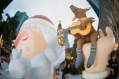Kerstman en dierlijk die standbeeld op Kerstmis en Nieuwjaarvieringen in Thailand wordt verfraaid Royalty-vrije Stock Fotografie