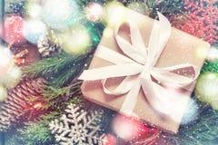 Kerstman Klaus, hemel, vorst, zak Festively verfraaide giftdoos en bokeh lichten stock foto's