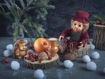 Kerstman Klaus, hemel, vorst, zak Het speelgoed de houtvester en de egel zit bij de stompen en eet royalty-vrije stock foto