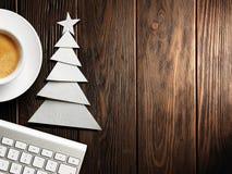Kerstman Klaus, hemel, vorst, zak Toetsenbord, kop van koffie en Kerstboom van document wordt gemaakt dat royalty-vrije stock fotografie