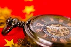 Kerstman Klaus, hemel, vorst, zak uitstekend horloge op een rode achtergrond met gouden DE Royalty-vrije Stock Fotografie