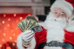 Kerstman met dollarbankbiljetten Stock Afbeeldingen