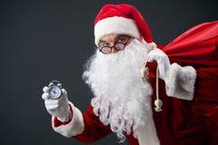 Kerstman met klok royalty-vrije stock foto's