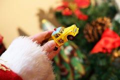 Kerstman met stuk speelgoed auto Royalty-vrije Stock Afbeeldingen