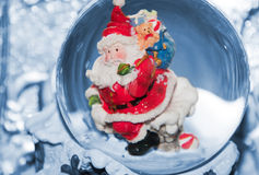 Kerstman met zak op dak Royalty-vrije Stock Afbeelding