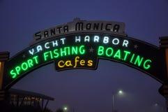 Kerstman Monica Pier Sign Stock Afbeeldingen