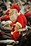 Kerstman op een motorfiets Stock Afbeeldingen