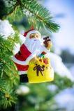 Kerstman op spar met buiten sneeuw Royalty-vrije Stock Foto