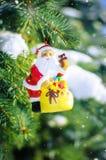 Kerstman op spar met buiten sneeuw Royalty-vrije Stock Afbeeldingen
