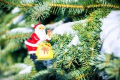 Kerstman op spar met buiten sneeuw Stock Fotografie