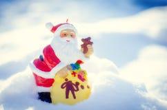 Kerstman op witte sneeuwachtergrond Stock Fotografie