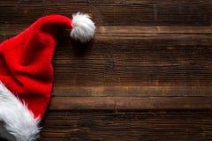 Kerstman rode hoed op houten achtergrond, het concept van vakantiekerstmis royalty-vrije stock foto