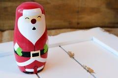 Kerstmanbeeldje op wit hout Stock Fotografie