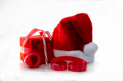 Kerstmanhoed met einddoos en lint Stock Fotografie