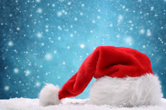 Kerstmanhoed op sneeuw stock foto's