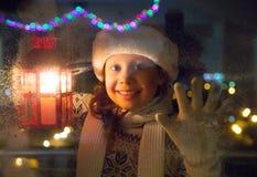 Kerstmanmeisje bij Kerstmis stock afbeelding