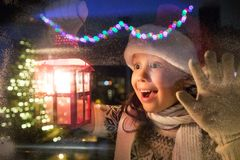 Kerstmanmeisje bij Kerstmis stock afbeeldingen