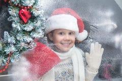 Kerstmanmeisje bij Kerstmis stock foto's