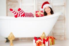 Kerstmanmeisje dat pret heeft thuis royalty-vrije stock foto's