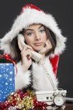 Kerstmanmeisje die op telefoon spreken Royalty-vrije Stock Foto's