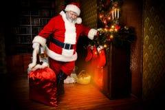 Kerstmanopen haard Stock Foto