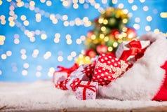 Kerstmanzak met stapel van giften Stock Afbeeldingen