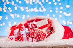 Kerstmanzak met stapel van giften Royalty-vrije Stock Afbeelding