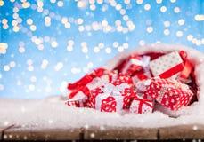 Kerstmanzak met stapel van giften Stock Foto's