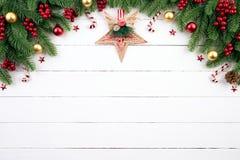 Kerstmis achtergrondconcept Hoogste mening van de doos rode ballen van de Kerstmisgift met nette takken, denneappels, rode bessen royalty-vrije stock foto