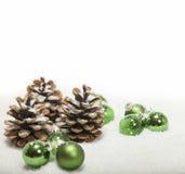 Kerstmis achtergrondkegels en ballen Royalty-vrije Stock Fotografie