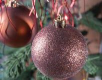 Kerstmis achtergrondkerstmisbal onder het klatergoud Stock Foto's