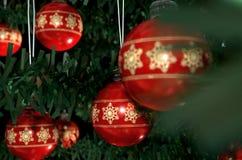 Kerstmis Baubels in een Boom Royalty-vrije Stock Foto's