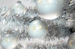Kerstmis Baubels in een Boom Stock Afbeelding