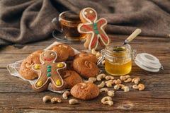 Kerstmis behandelt op plaat en kop thee op plaidclose-up royalty-vrije stock foto