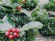Kerstmis bekroont samenstelling op oude houten achtergrond De hoogste mening van pijnboom en laurierboom vertakt zich - Uitsteken royalty-vrije stock afbeelding