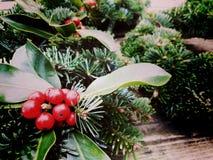Kerstmis bekroont samenstelling op oude houten achtergrond De hoogste mening van pijnboom en laurierboom vertakt zich - Uitsteken stock afbeeldingen