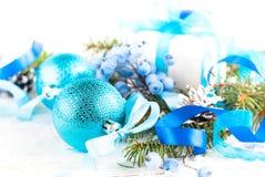 Kerstmis blauwe decoratie op wit De achtergrond van Kerstmis Royalty-vrije Stock Foto