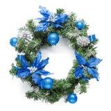 Kerstmis blauwe die kroon op wit wordt geïsoleerd Stock Afbeeldingen