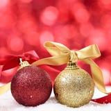 Kerstmis bokeh achtergrond met snuisterijen en lint op het sneeuwvierkant stock fotografie