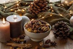 Kerstmis comfortabel stilleven met kaarsen en snacks Royalty-vrije Stock Fotografie