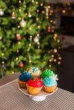 Kerstmis cupcakes op cakestand op de lijst stock foto's