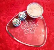 Kerstmis cupcakes op sneeuwvlokplaat met hete chocolade Stock Foto