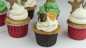 Kerstmis cupcakes op witte lijst royalty-vrije stock afbeelding