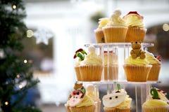 Kerstmis Cupcakes in Venster Stock Fotografie