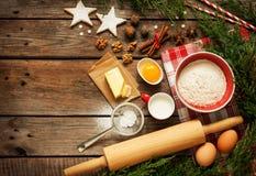 Kerstmis - de achtergrond van de bakselcake met deegingrediënten Royalty-vrije Stock Foto's